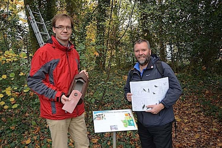 nProf. Dr. Dirk Albach und Rüdiger Wohlers haben gemeinsam den Nisthilfen-Lehrpfad im Botanischen Garten Oldenburg eingerichtet.