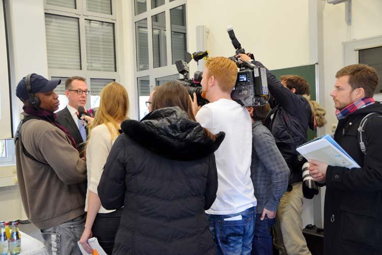Jahrelang stand der Klinikum-Vorstandschef Dirk Tenzer wegen des Patientenmörders Niels Högel im Fokus der Medien. Jetzt geht er.