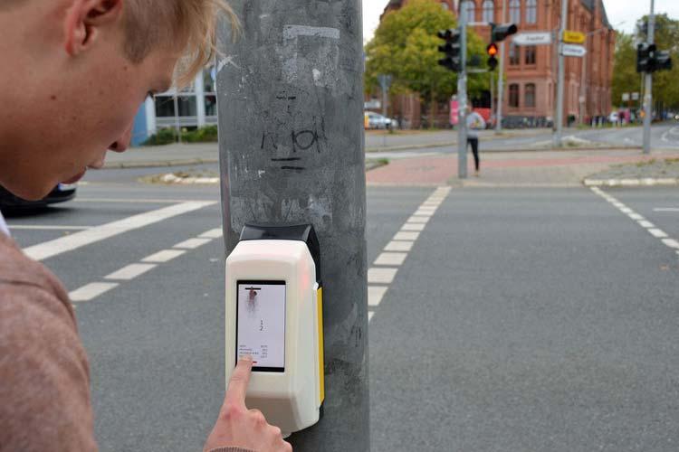 Studierende der Hochschule für Angewandte Wissenschaft und Kunst präsentierten in dieser Woche eine Weltpremiere: StreetPong. Das Ampelspiel soll die Wartezeiten bei Rotphasen versüßen. Installiert wurde es am Goschentor in Hildesheim vor der HAWK.