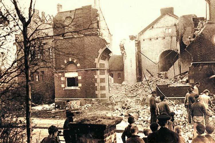 An der brennenden Synagoge sind die jüdischen Männer in der Nacht vom 9. auf den 10. November vorbeigetrieben worden.