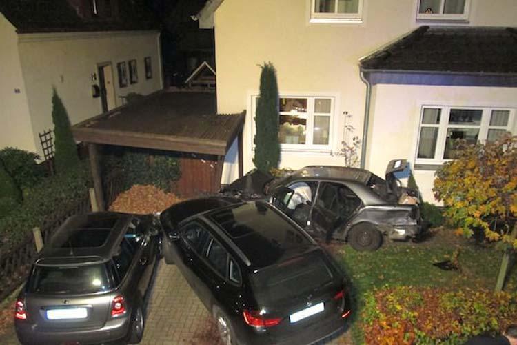 Am Samstagabend meldeten gleich mehrere Anrufer einen Verkehrsunfall in der Schützenhofstraße in Oldenburg-Osternburg. Ein Autofahrer war mit einem Mercedes von der Fahrbahn abgekommen. Er durchbrach Zäune und beschädigte mehrere Fahrzeuge bis er mit seinem Wagen zum Stillstand kam.