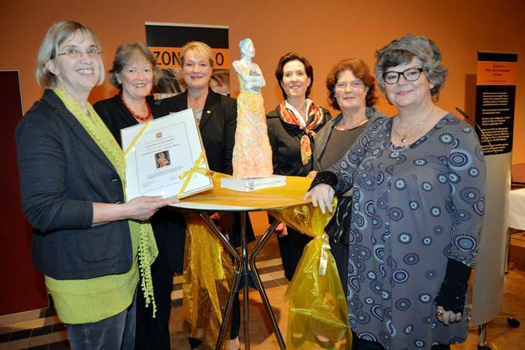 Im Rahmen der diesjährigen Benefizveranstaltung des Zonta Clubs Oldenburg wurde Brunhilde Becker der regionale Wanderpreis Zonta-Frau des Jahres im EWE Forum Alte Fleiwa verliehen.