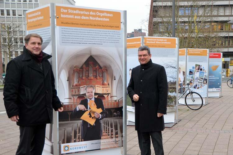 Jürgen Krogmann und Jörg Bensberg eröffneten die Wanderausstellung der Metropolregion Nordwest am Oldenburger Hauptbahnhof.