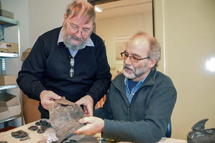 Der einstige Bezirksarchäologe Dr. Jörg Eckert leitet die Arbeitsgemeinschaft Archäologie der Oldenburgischen Landschaft und gibt sein Wissen an die Hobbyarchäologen weiter.