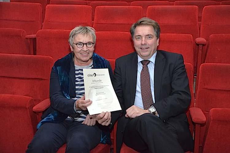 Helga Wilhelmer, Vorsitzende des Fördervereins, überreichte Oberbürgermeister Jürgen Krogmann die erste Urkunde und gab damit den offiziellen Startschuss für die Stuhlpatenschaften im Oldenburger Cine k.