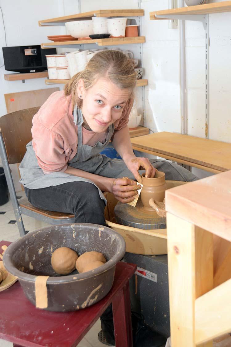 Die Oldenburgerin Frauke Abel absolvierte eine Keramikerausbildung. Heute ist sie Fraukeramik und auf den wichtigen Töpfermärkten vertreten.
