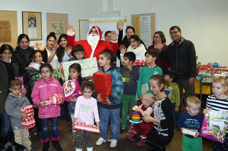Im Café IBIS in der Klävemannstraßen wurden die Geschenke den Flüchtlingskindern überreicht.