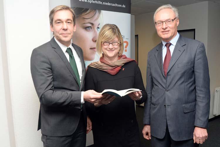Dr. Horst Freels, AJSD-Leiter und Geschäftsführer der Stiftung Opferhilfe Niedersachsen, Justizministerin Antje Niewisch-Lennartz und OLG-Präsident Dr. Gerhard Kircher im Gespräch.