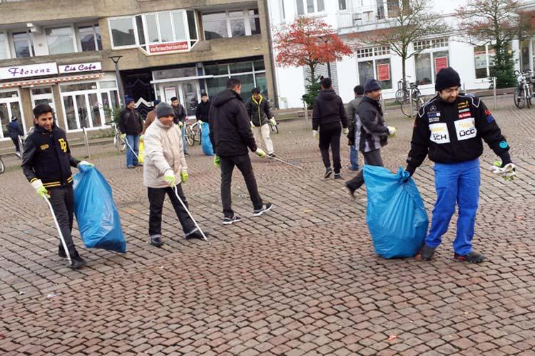 Rund 20 Mitglieder der Ahmadiyya Gemeinde Oldenburg füllten beim Neujahrsputz in der Innenstadt die Müllbeutel mit Böllerresten.
