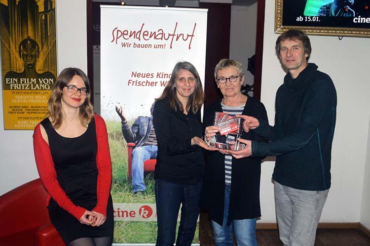 Friederike Köhler, Marion Fittje, Helga Wilhelmer und Wolfgang Bruch verkaufen Kinolose für die Renovierung des Cine k Oldenburg.