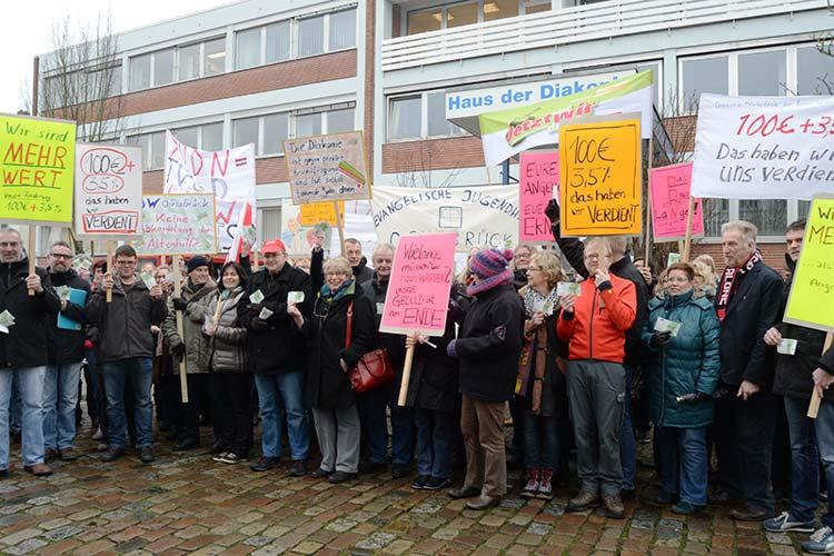 Die Tarifverhandlungen sind in der Sackgasse. Die Mitarbeiter protestierten gegen das Arbeitgeberangebot vor dem Haus der Diakonie in Oldenburg.