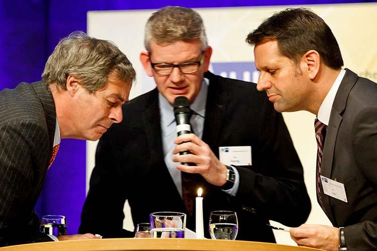 Bleigießen mit Ingo Kramer, Olaf Lies und Uwe Haring auf dem IHK-Neujahrsempfang in Oldenburg.