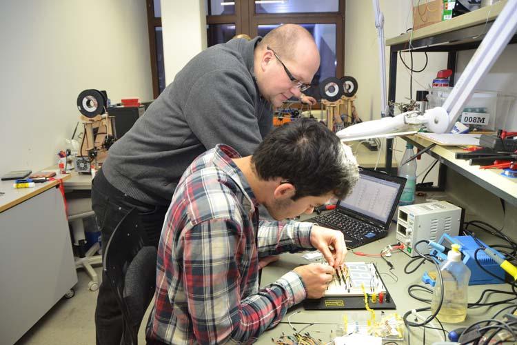 Wenn Jan Tarek Butt eine Frage zu seiner Boxuhr hat, stehen Patrick Günther und alle anderen Mitgliedern des Oldenburger Vereins Kreativität trifft Technik gerne zur Verfügung.