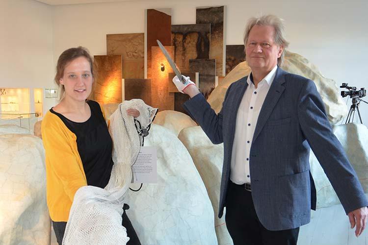 Ausgestattet mit Netz und Speer machen Lena Nietschke und Peter Rene Becker auf das neue Ausstellungsprogramm des Oldenburger Landesmuseums Natur und Mensch für 2015 aufmerksam.