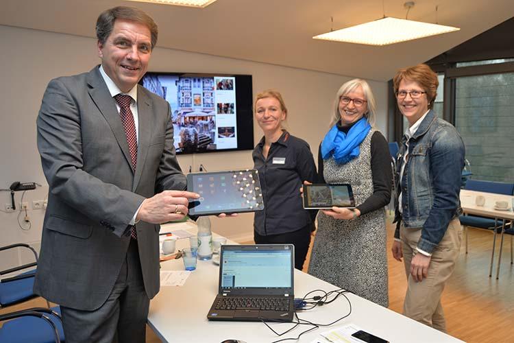 Oberbürgermeister Jürgen Krogmann, Iris Welzel, Silke Fennemann und Mareen Römer (OTM) stellten die neue Oldenburg-App vor.