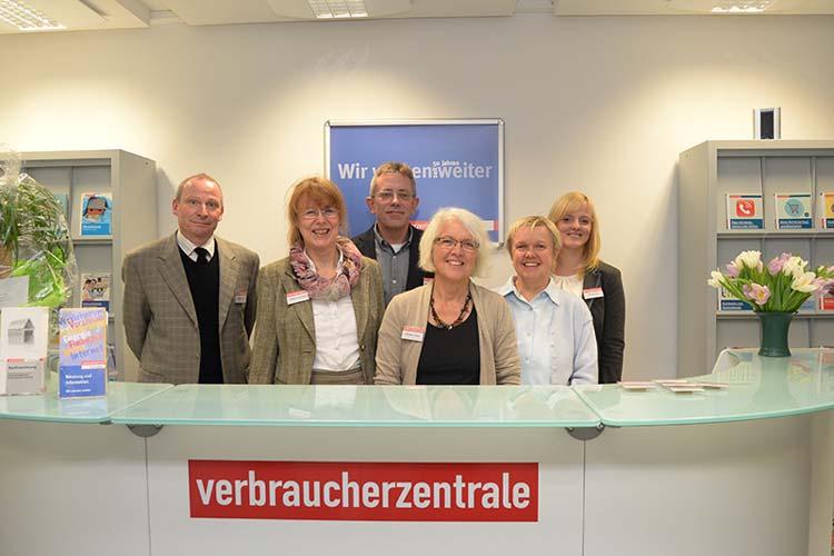 Christian Zölffel, Sabine Schröder, Christel Lohrey, Michael Rohrmann, Karin Goldbeck und Sandy Rose freuen sich über die Umgestaltung der Verbraucherzentrale Oldenburg.