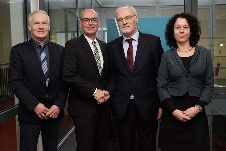 Christian Wassrodt, Andreas Gögel, Franz-Josef Sickelmann und Jana Blaney freuen sich auf die Zusammenarbeit an der VHS Oldenburg.