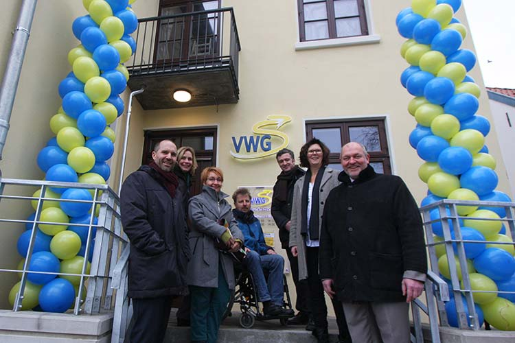 Architekt Alexis Angelis, Stadträtin Gabriele Niesen, Meike Dietmar, Felix Kohn (beide (Mitglieder im Behindertenbeirat Oldenburg), Christof Herr (Geschäftsführer ZVBN), Susanne Menge (MdL, Aufsichtsratsvorsitzende der VWG), und VWG-Geschäftsführer Michael Emschermann eröffneten die modernisierte Mobilitätszentrale.