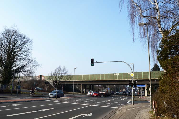 ie Autobahnbrücke, die über die Alexanderstraße im Zuge der A 293 führt, wird abgerissen. Die Vorarbeiten beginnen in der zweiten Jahreshälfte.