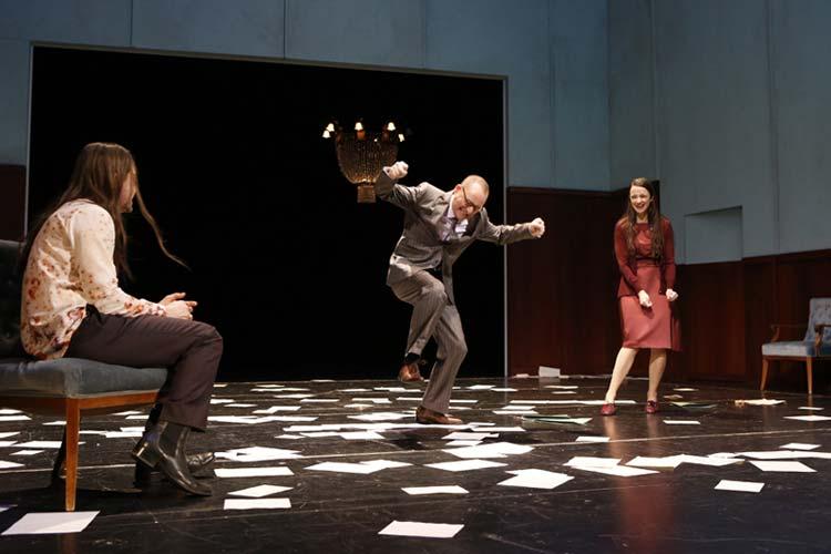 Buddenbrooks als sehenswerte Inszenierung im Oldenburgischen Staatstheater, unter anderem mit Leander Lichti, Jens Ochlast und Franziska Werner.
