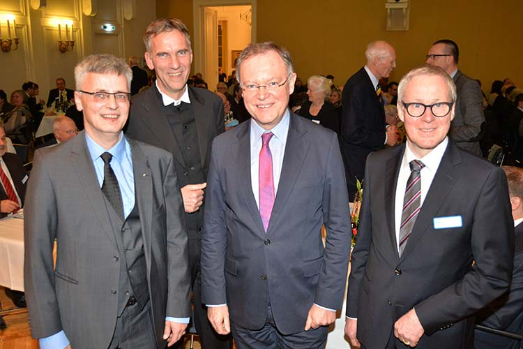 Uwe Kollmann und Thomas Feld, Vorstände des Diakonischen Werks, sowie Bischoff Jan Janssen begrüßten Ministerpräsident Stephan Weil zum Abend der Begegnungen im ehemaligen Oldenburger Landtag, der den Gastvortrag hielt.