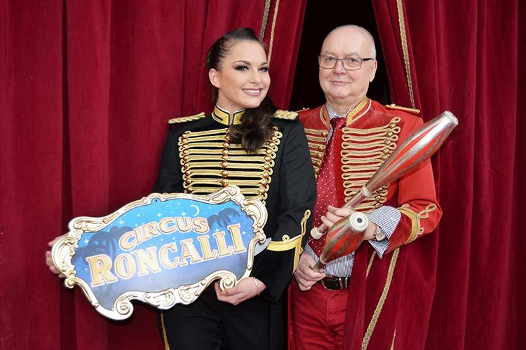 Zur heutigen Eröffnung war Vivi Paul eigens aus dem Winterquartier in Köln angereist. Gemeinsam mit famila Centermanager Lutz Herbst stellte sie die Circus Roncalli Ausstellung vor.