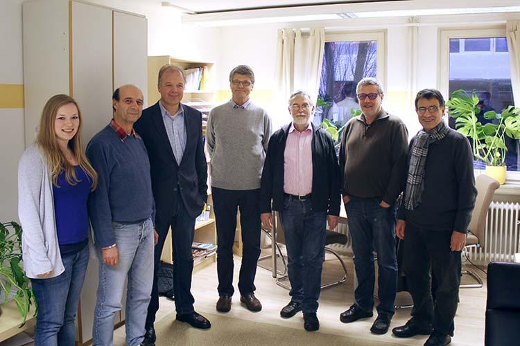Elanah Lohse (IBIS e.V.), Uwe Erbel (IBIS e.V.), Dr. Martin Kramer (Klinikum Oldenburg), Dr. Michael Goethe (Arzt), Dr. Gerhard Ksienzyk (Arzt), Wolfgang Woltemade (Inhaber der Flora-Apotheke) und Dr. Mousa Mazidi (IBIS e.V.) vom Arbeitskreis trafen sich zur ersten Humanitären Sprechstunde.