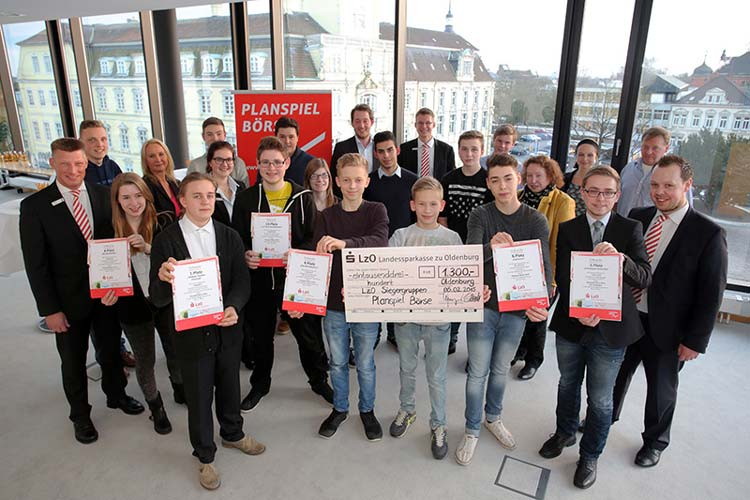 Insgesamt erhielten die Oldenburger Gruppen beim Planspiel Börse Gewinne in Höhe von 1550 Euro, die im Oldenburger LzO-Stammhaus am Schlossplatz überreicht wurden.