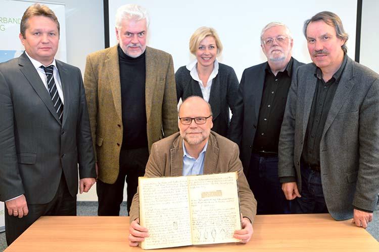 Stellten das Forschungsprojekt zur Provenienzforschung am Museumsdorf Cloppenburg vor: Frank Diekhoff, Karl-Heinz Ziessow, Karin Harms, Joachim Tautz und Michael Brandt sowie Uwe Meinersmit einem der Tagebücher von Heinrich Ottenjann.