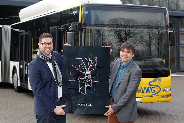 Sascha Tebben, Tebben Consulting und Xpert Ambassador, überreichte das Oldenburg Plakat an Morell Predoehl, VWG-Abteilungsleiter Marketing und Vertrieb.