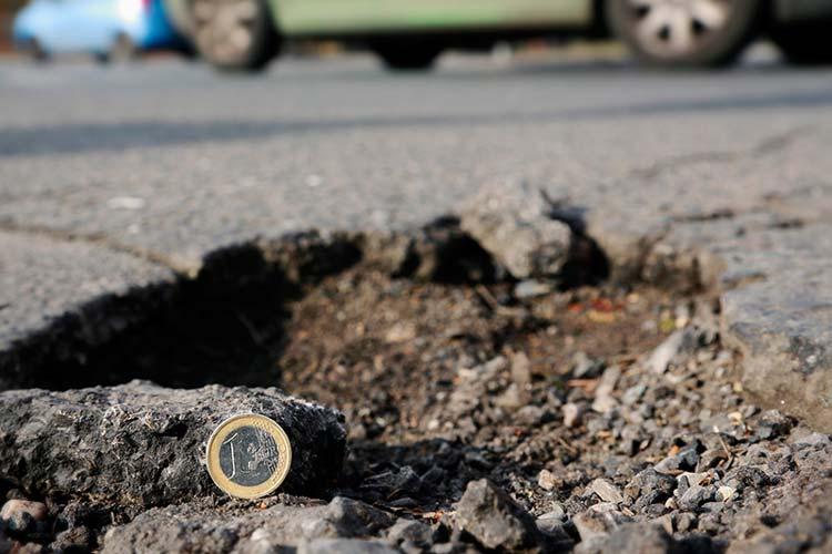Euro-tiefe Asphalt-Krater in den Straßen: Schlaglöcher sollen in Oldenburg verschwinden, fordert die IG Bau. Jeder Euro, der für intakte Fahrbahndecken investiert werde, sei gut angelegt.