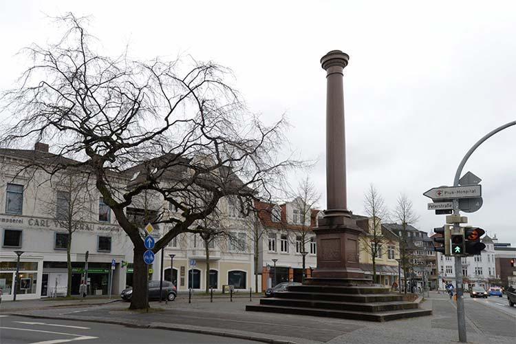 Bis 1940 stand auf der Siegessäule am Friedensplatz in Oldenburg die vergoldete Statue der Siegesgöttin Viktoria. Das Denkmal wurde 1878 für die Gefallenen des Krieges 1870 / 71 errichtet.