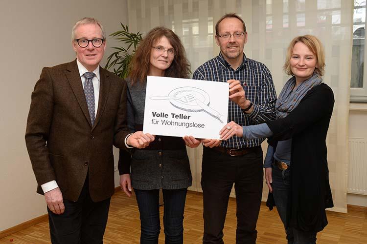 Thomas Feld, Reinhild Hagedorn, Heinz-Hermann Buse und die Kreis Diakonie-Pfarrerin Anja Kramer bitten um Volle Teller für Wohnungslose.