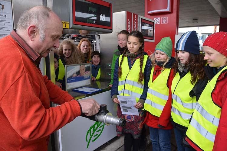 Die Siebtklässler ließen sich von Tankstellenpächter Manfred Schröder die Tankanlage erklären.
