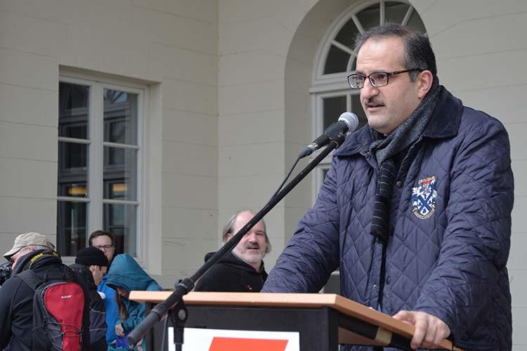 Telim Tolan, Vorsitzender des Zentralrates der Yeziden in Deutschland e.V. mit Sitz in Oldenburg, hielt eine der Ansprachen.