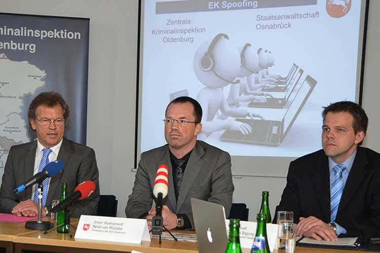 WGünter König-Kruse, ZKI, und die Osnabrücker Staatsanwälte René van Münster und Christian Bagung (von links) informierten über dingfest gemachte Betrügerbanden.