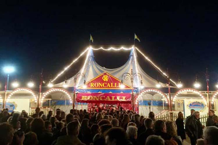 Mit stehenden Ovationen feiert das Oldenburger Publikum, darunter zahlreiche Ehrengäste, gestern die ausverkaufte Circus Roncalli-Premiere.