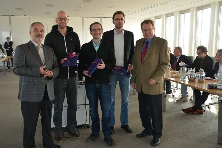 Landschaftspräsident Thomas Kossendey und Beiratsvorsitzender Dr. Christian A. Fricke überreichten Colja Wichers, Johannes Klingbeil und Steffen Schwalfenberg die Förderpreise für regionale Forschung.