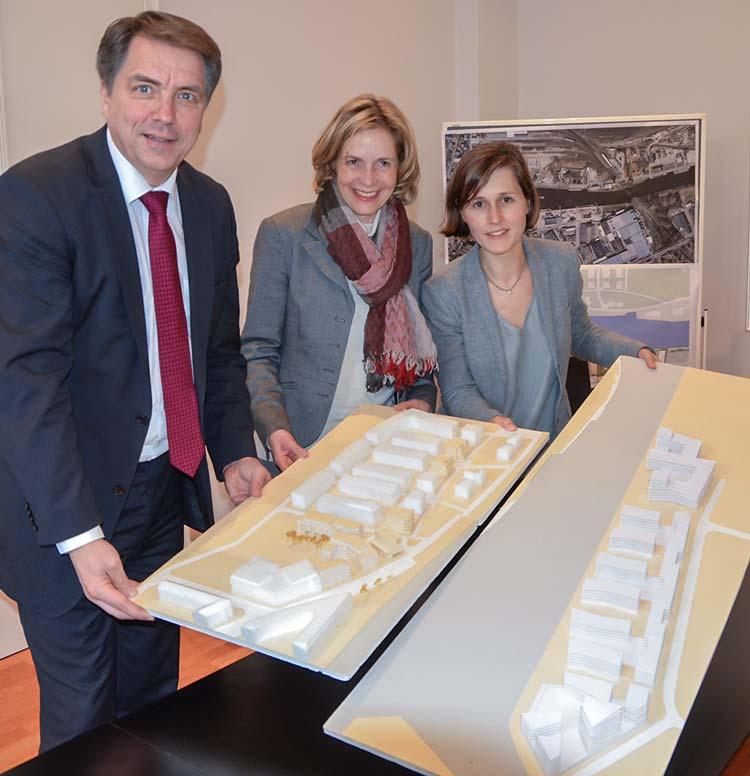 Oberbürgermeister Jürgen Krogmann, Gabriele Nießen und Lisa Onnen stellten die Planungen für die Südseite des Oldenburger Stadthafens (rechts auf dem Modell) vor.