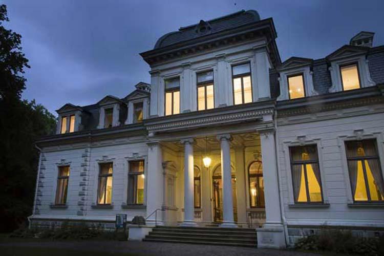 Rastede hat das Palais mit Garten und den Torhäusern gekauft.
