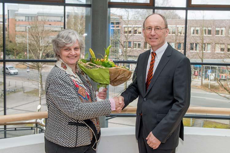 Die kommissarische Universitätspräsidentin Prof. Dr. Katharina Al-Shamery gratuliert Prof. Dr. Dr. Hans Michael Piper zur Wahl des Präsidenten der Universität Oldenburg.