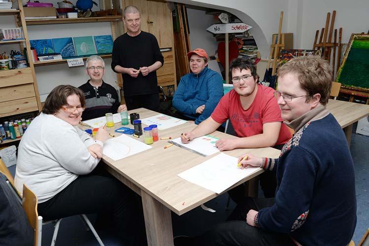 Der Künstler Jörg Scheel lehrt Computerkunst. Die Gruppenmitglieder leben ihre kreative Ader aus und lernen jede Menge Technik.