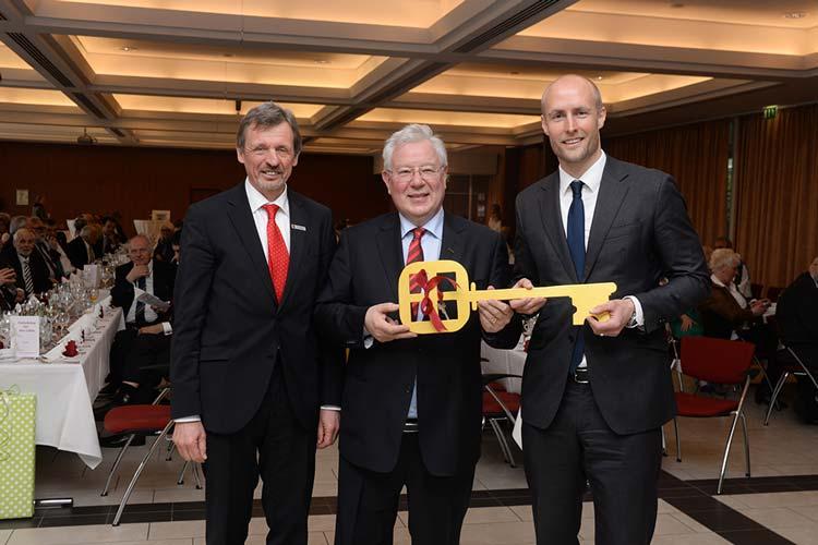 Kurdirektor Peter Schulze übergab im Beisein von Bürgermeister Dr. Arno Schilling und zahlreichen Gästen den Symbolschlüssel an seinen Nachfolger Dr. Norbert Hemken.