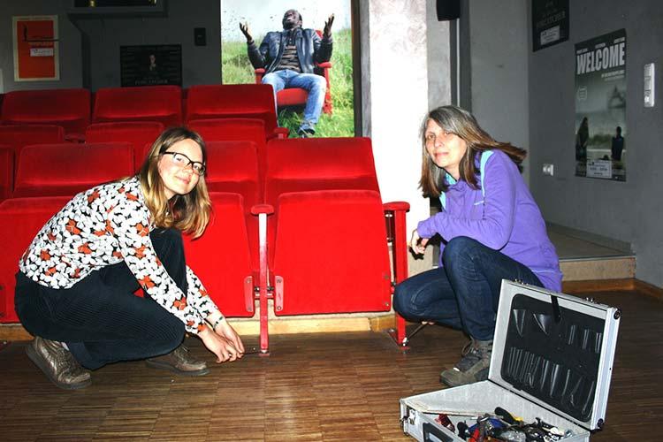 Friederike Köhler und Marion Fittje vom Cine k demontieren die ersten Kinostühle zur Versteigerung bei der Abrissparty am Samstag in der Kulturetage.