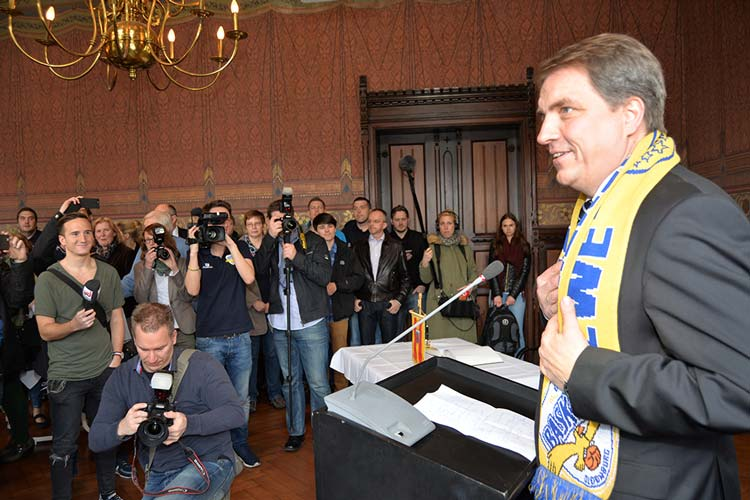 Ein guter Wochenanfang für Oberbürgermeister Jürgen Krogmann. Er überbrachte auch die Glückwünsche des niedersächsischen Ministerpräsidenten Stephan Weil.