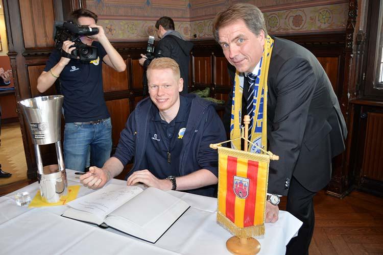 Philipp Neumann mit Oberbürgermeister Jürgen Krogmann.