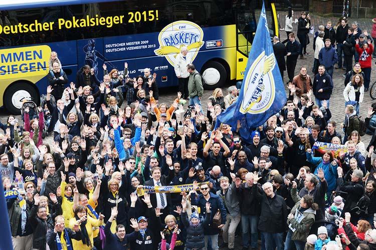 Die EWE Baskets mit Pokal umrahmt von ihren Fans feierten heute auch auf dem Oldenburger Rathausmarkt.