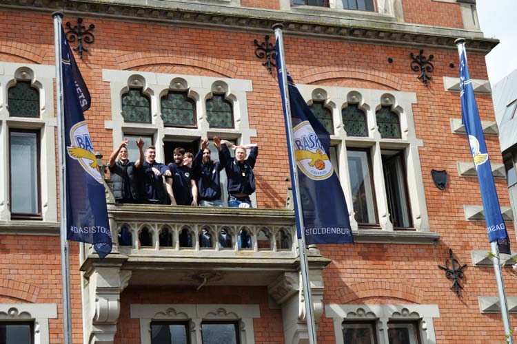 Eindeutig zu klein: Auf den Balkon am Oldenburger Rathaus passte das komplette Team der EWE Baskets nicht.