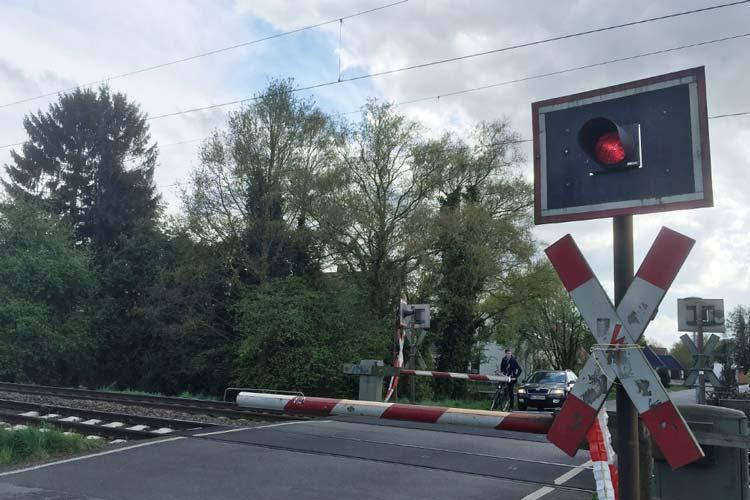 Die Osternburger am Drielaker See ärgern sich seit Wochen über einen defekten Bahnübergang am Hemmelsbäker Kanalweg in Oldenburg. Die Deutsche Bahn hat ein Unternehmen mit der Sicherung beauftragt. Schrankenwärter sorgen wie zu alten Zeiten für das Öffnen und Schließen der Schranken.