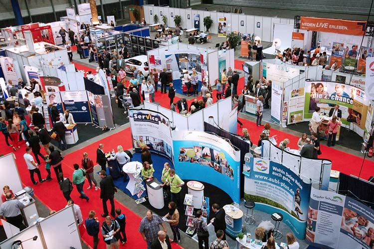 Rund 60 Arbeitgeber präsentieren berufliche Perspektiven bei der Jobmesse Oldenburg in der Weser-Ems-Halle.